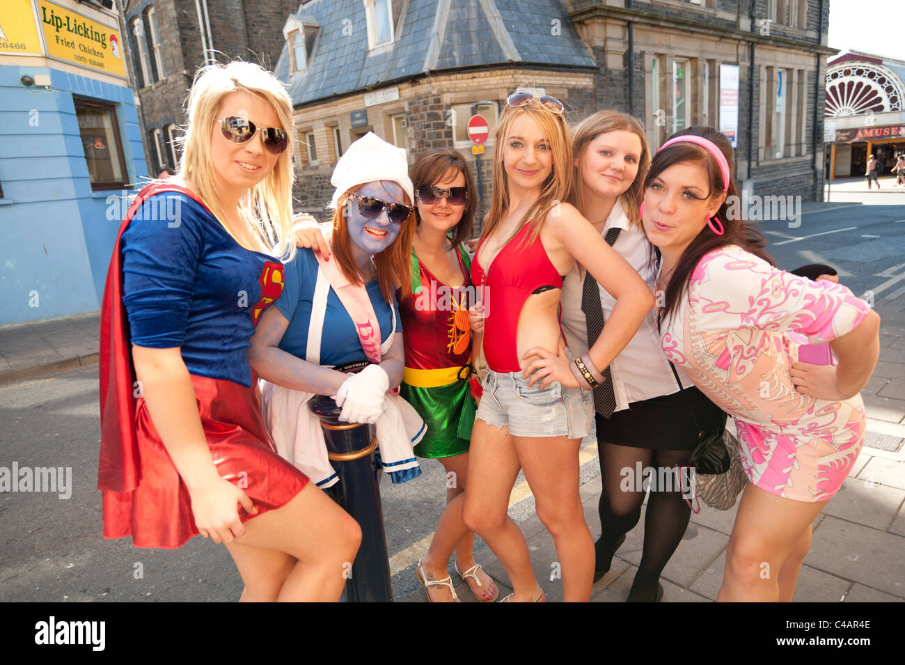 Eine Gruppe von 6 sechs junge Frauen verkleidet auf einem ...