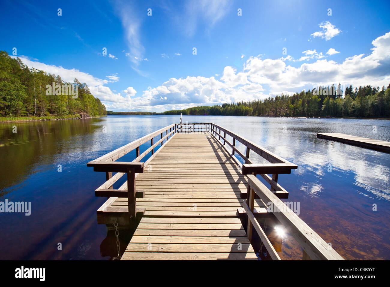 Holzbrücke. Weitwinkelaufnahme. Stockbild