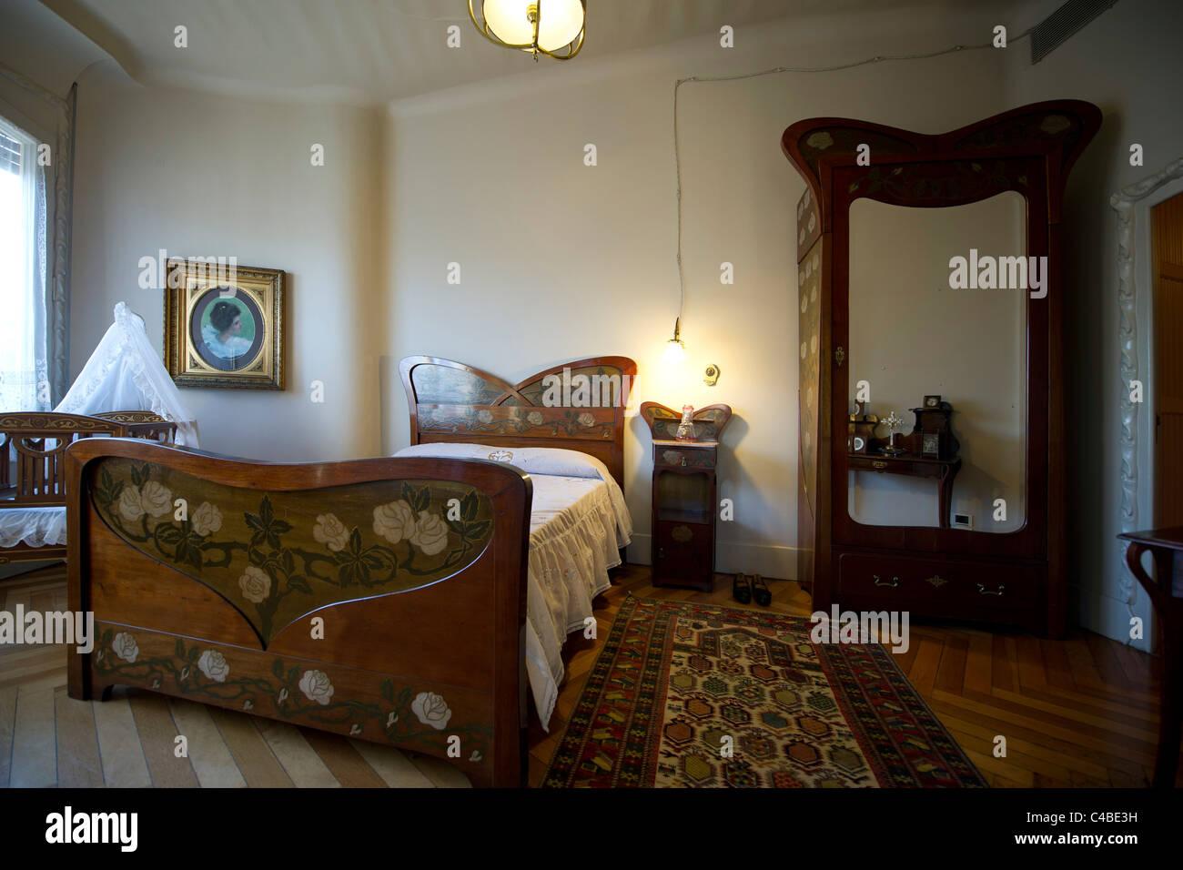 Jugendstil-Schlafzimmer-Innenraum bei Casa Mila von Antoni Gaudi in ...