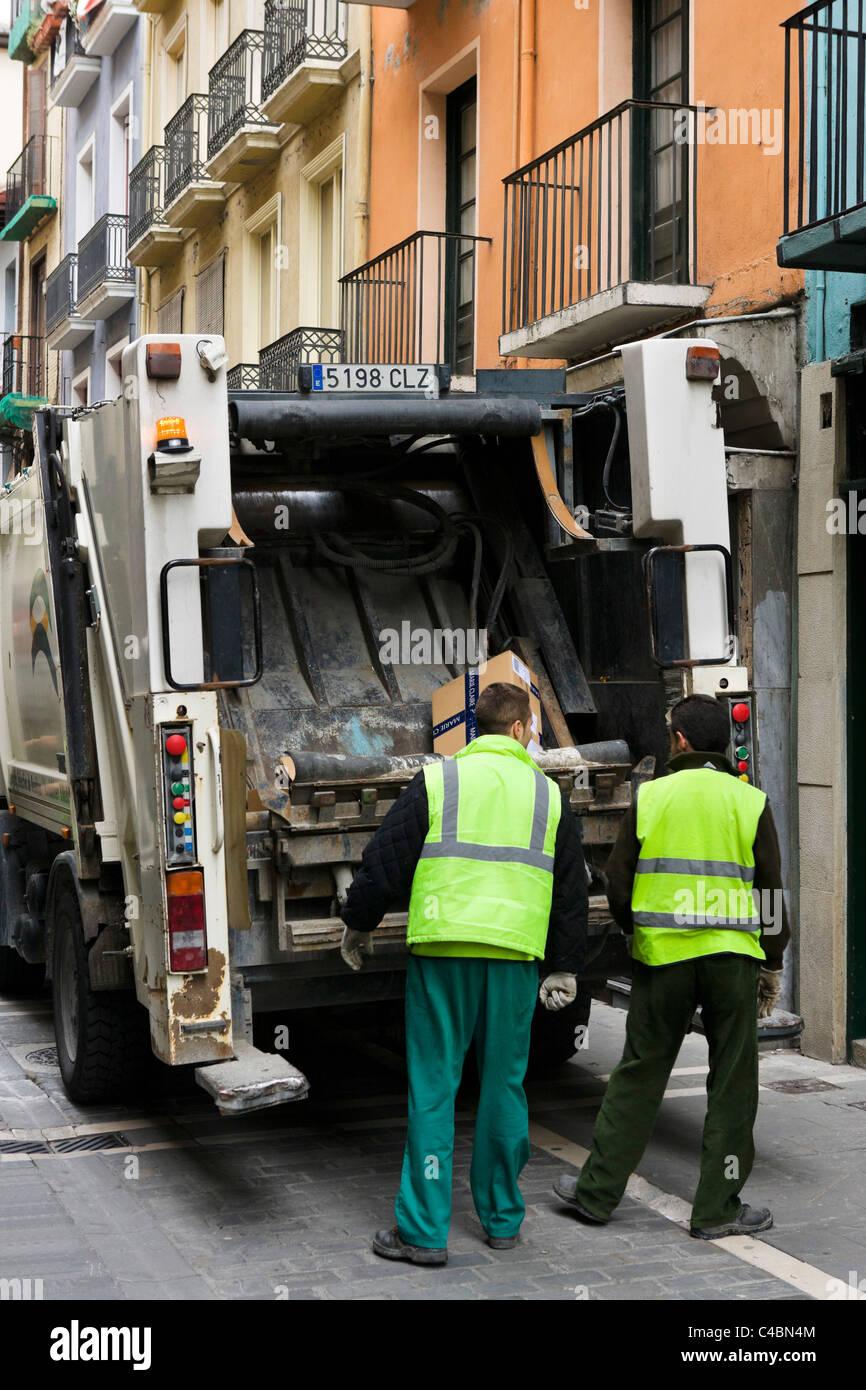 Müllwagen und Müllsammler in der historischen Altstadt (Casco Viejo), Pamplona, Navarra, Spanien Stockbild