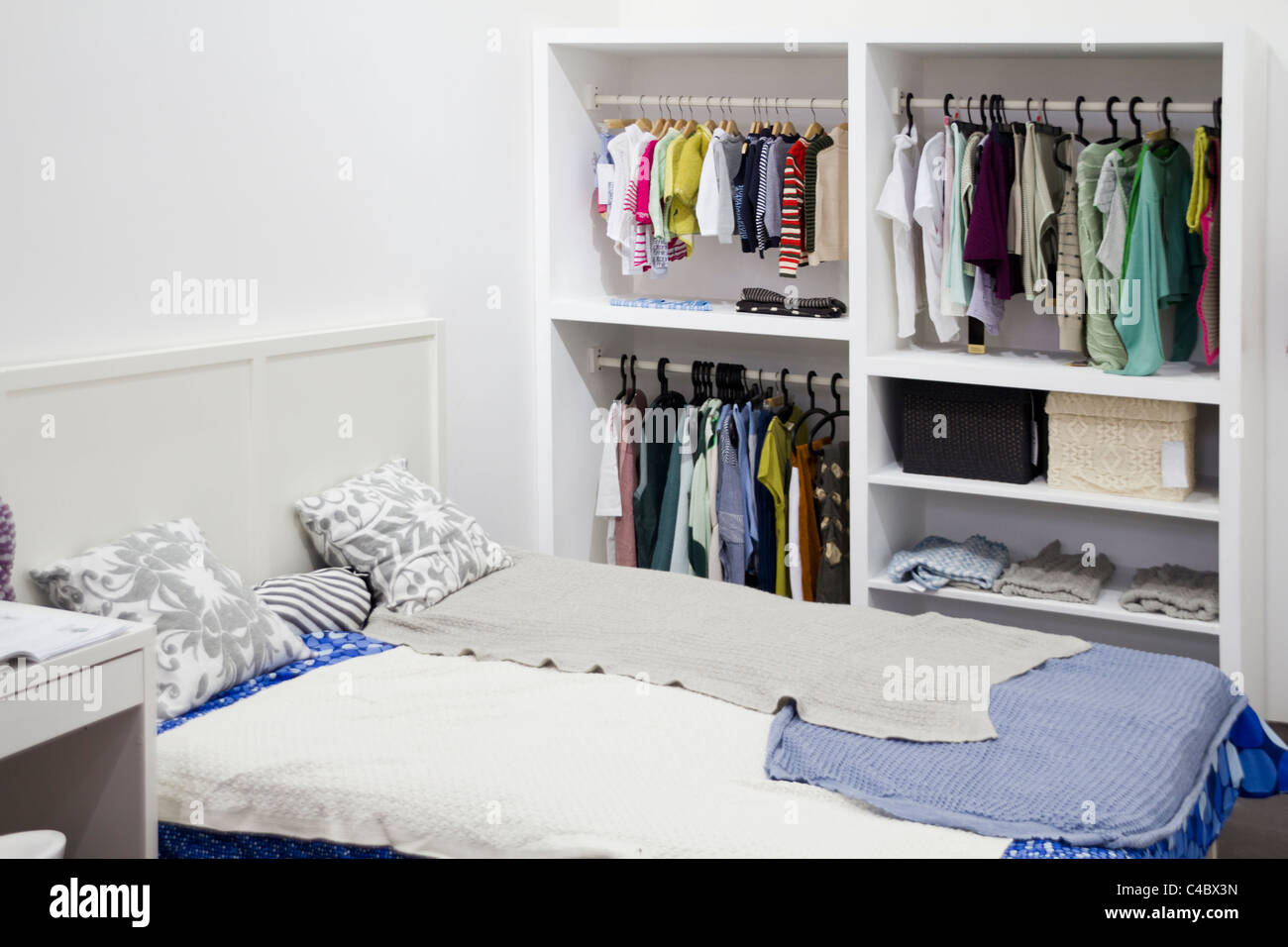 garderobe stockfotos garderobe bilder alamy. Black Bedroom Furniture Sets. Home Design Ideas