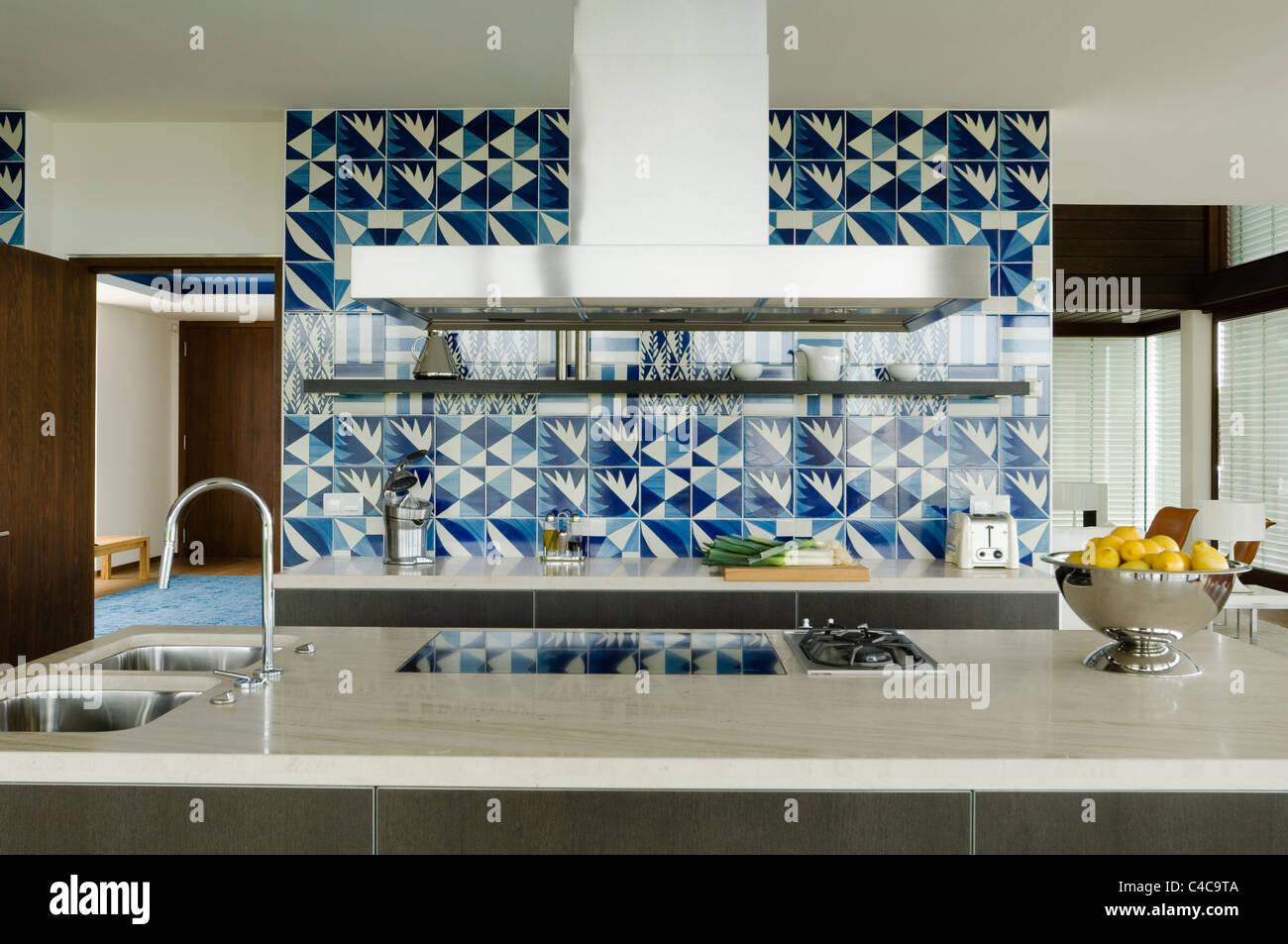 geradeaus-Blick auf einen dunklen grau Eiche Bulthaup Küche über Insel-Arbeitsplatte gemacht aus Biahara Stockbild