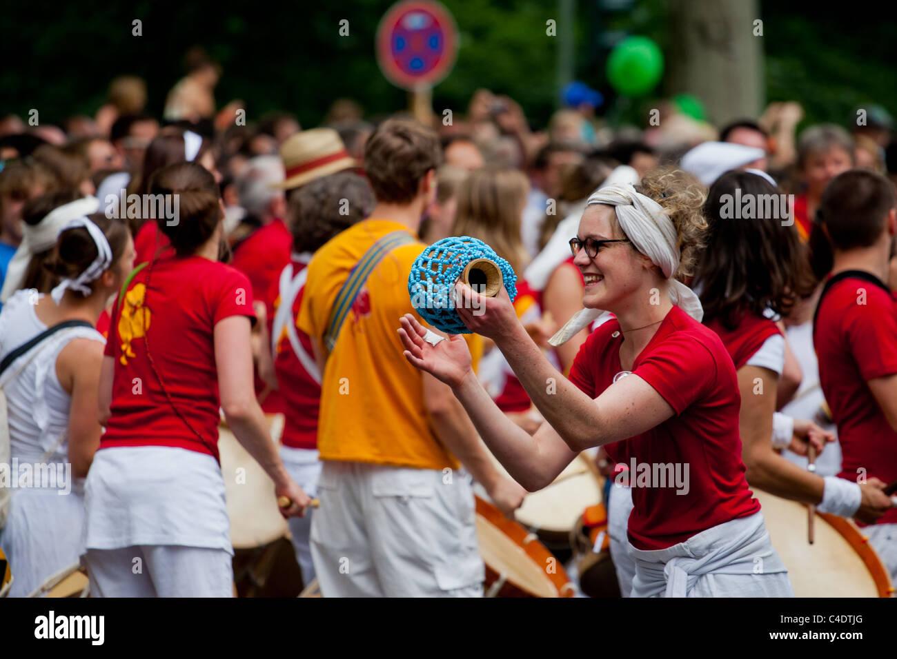 Karneval der Kulturen, Trommeln, Trommeln, Berlin, Festival, Menschen, Menschenmenge, Frauen, Street Parade, glücklich Stockbild