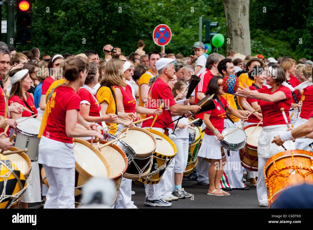 Karneval der Kulturen, Trommeln, Trommeln, Berlin, Festival, Menschen, Menschenmenge, rot, Menschen, Strasse, Parade, Stockbild