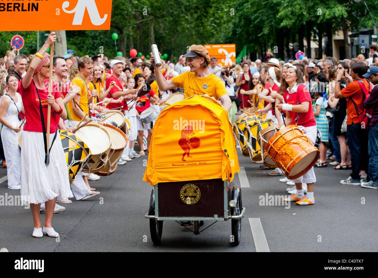 Karneval der Kulturen, Trommeln, Trommeln, Berlin, Festival, Menschen, Menschenmenge, gelb, Gelb, Parade Stockbild
