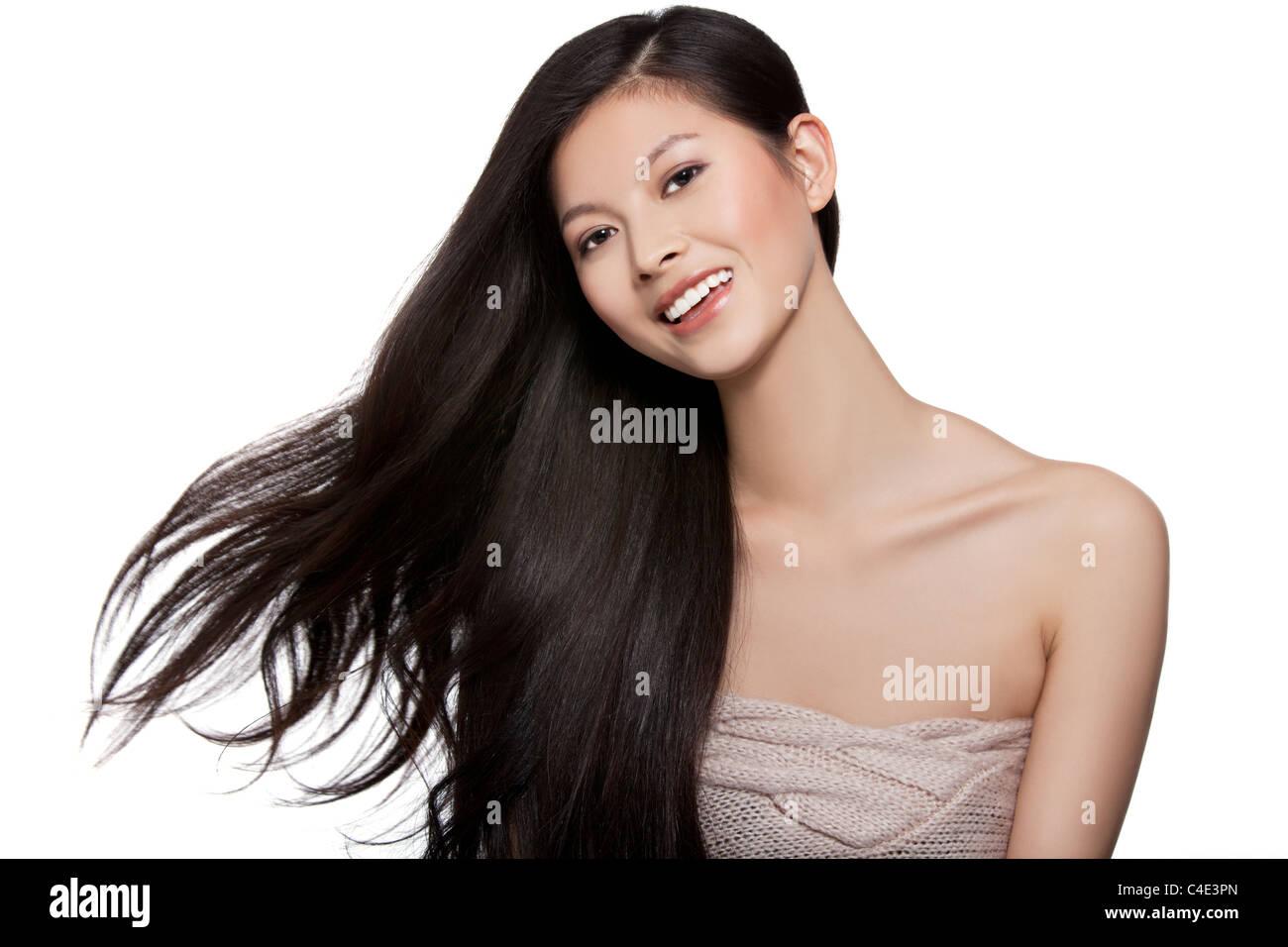 Junge Frau mit langen Haaren, die in der Luft weht Stockbild