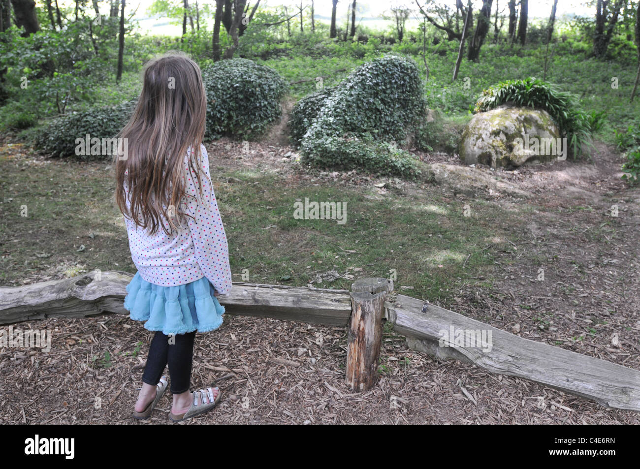 Eine Mädchen schaut auf die Mud Maid in die Lost Gardens of Heligan, Cornwall Stockbild