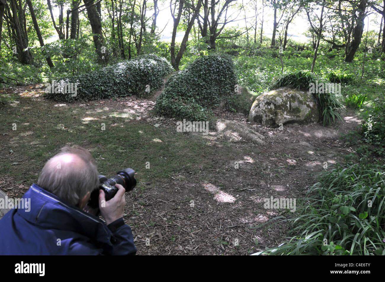 Ein Tourist fotografiert die Mud Maid in die Lost Gardens of Heligan Stockbild