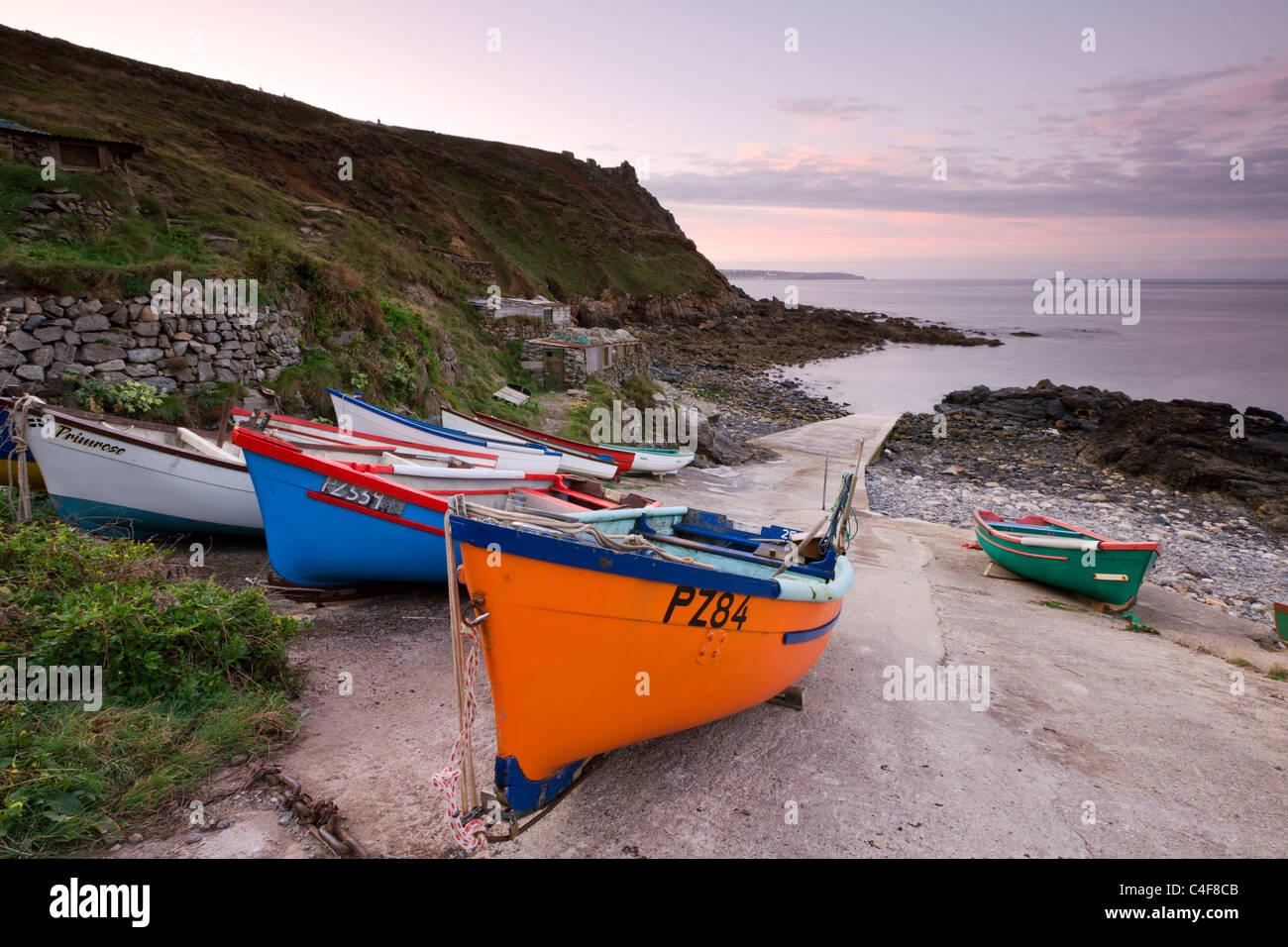 Angelboote/Fischerboote zog hoch oben die Slipanlage des Priesters Cove, Cape Cornwall in der Nähe von St Just, Stockbild