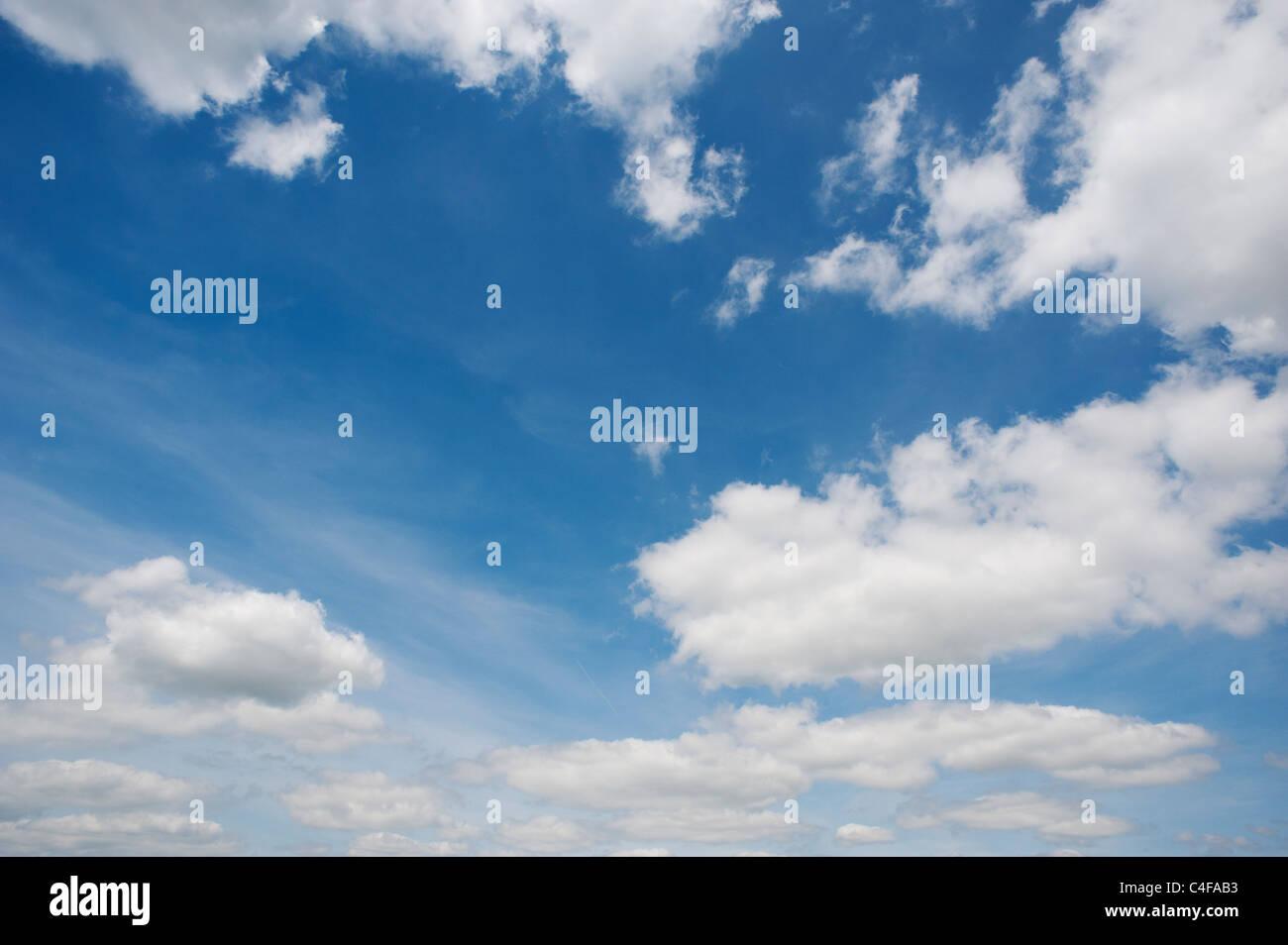 Blauer Himmel mit flauschigen Wolken Stockbild