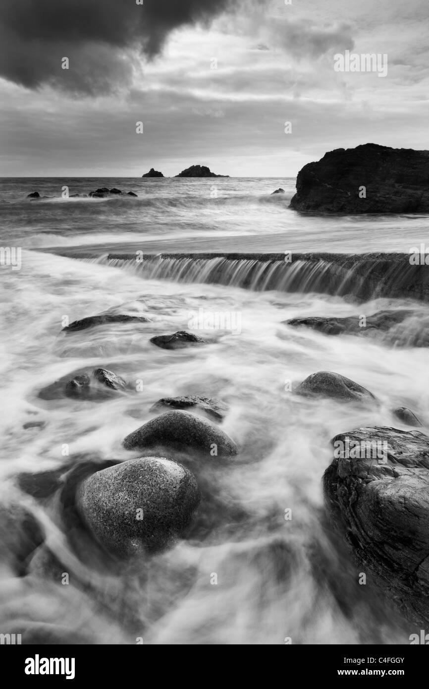 Dramatische Küsten Szene mit Blick auf die Brisons, Priester Cove, St Just, Cornwall, England. Herbst (Oktober) Stockbild