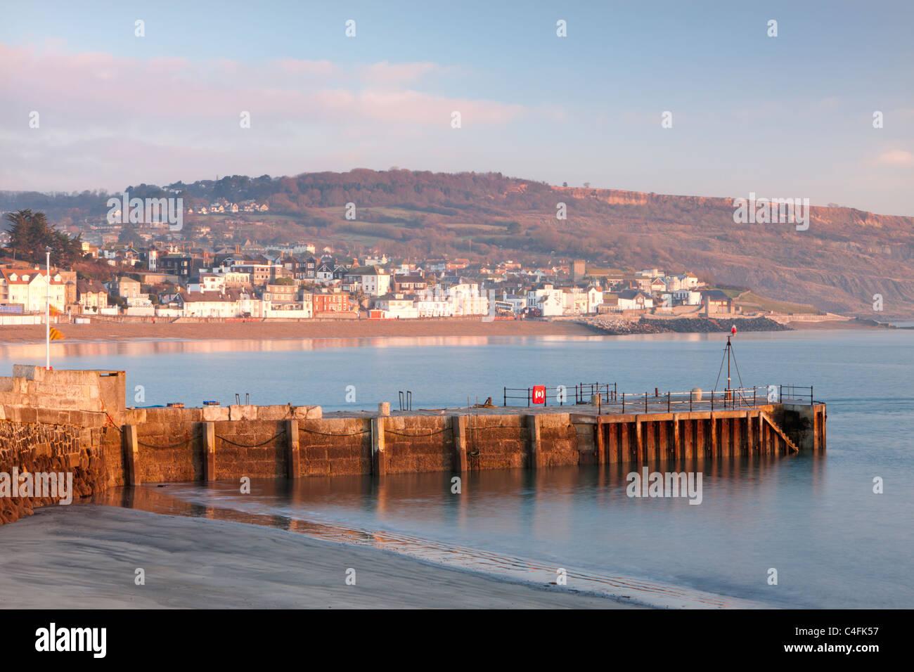 Stein-Kai und Lyme Regis Stadt von Cobb, Lyme Regis, Dorset, England gesehen. Winter (Dezember) 2010. Stockbild