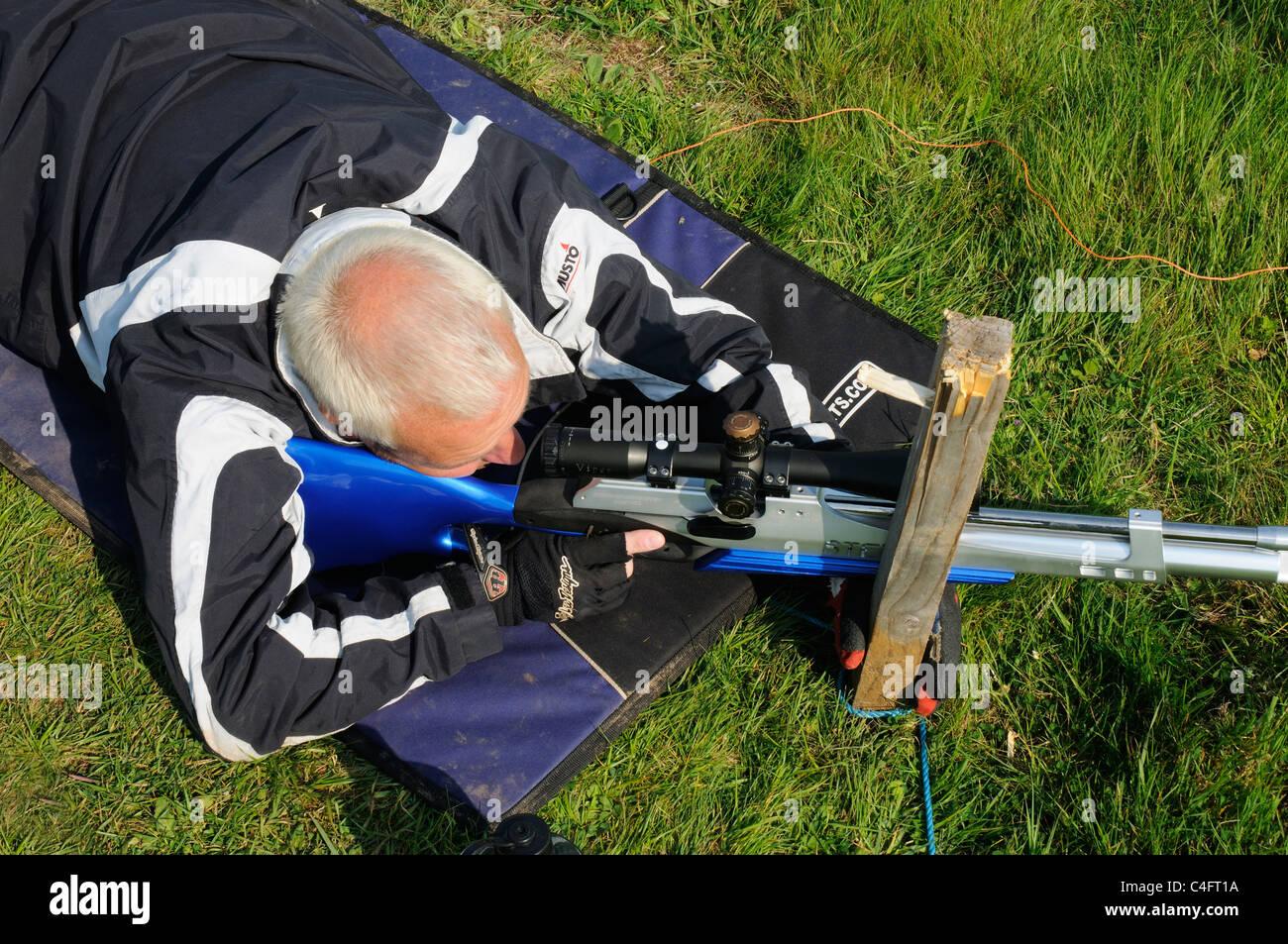 Ein Mann auf der Suche durch die Sehenswürdigkeiten von einem Luftgewehr Stockbild