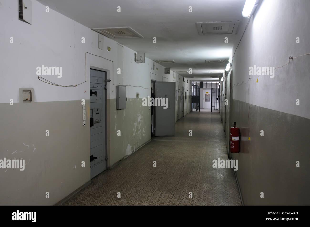 Gänge und Zellen im Hohenschonhausen Gefängnis in Ostberlin, Deutschland Stockbild