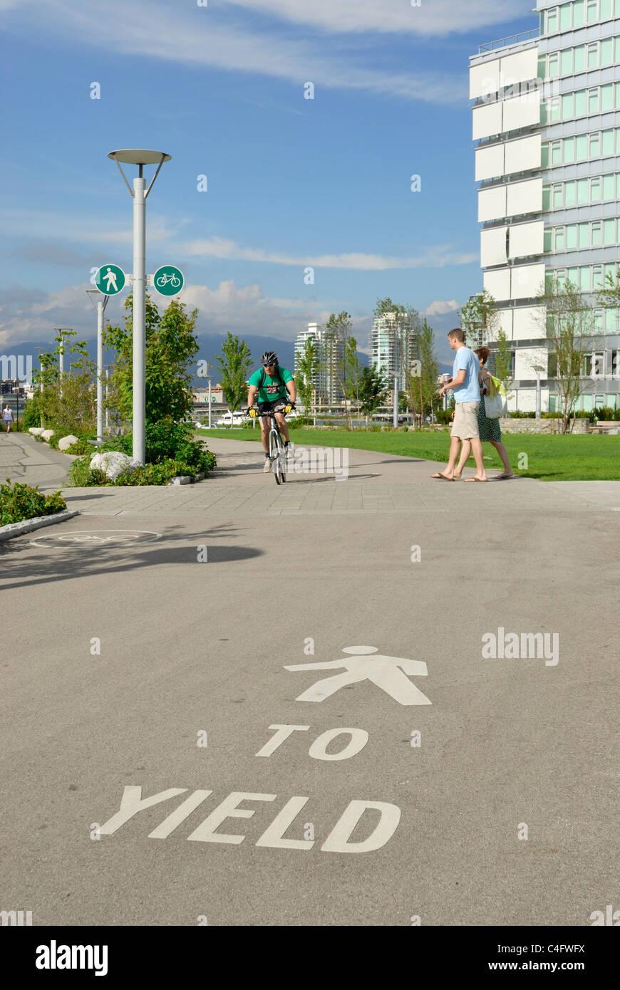 In vielen markiert ein Vancouver Wege ein Radfahrers es versäumt, für Fußgänger in einem deutlich Stockbild
