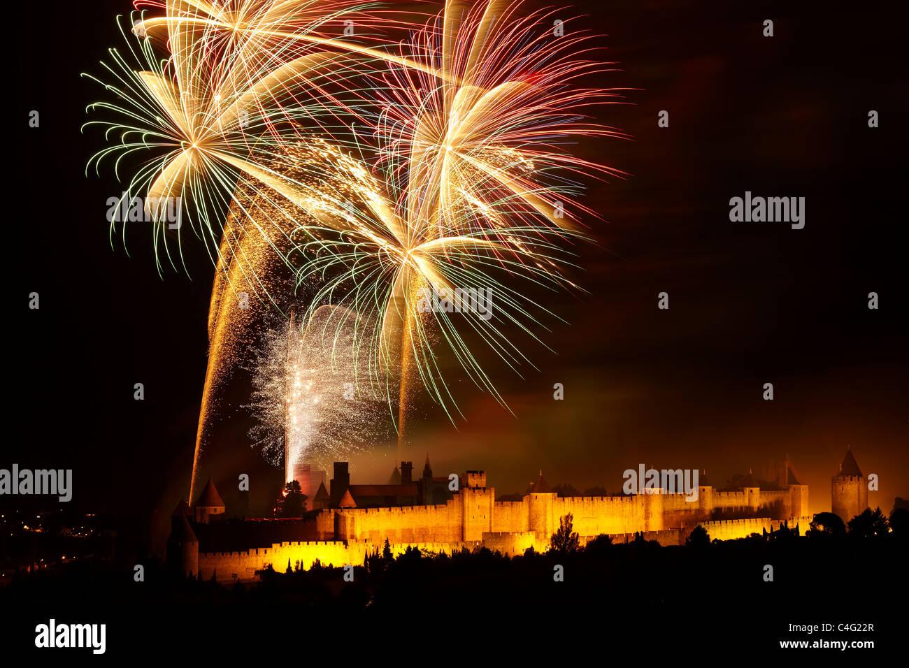 Nationalfeiertag Feuerwerk über Carcassonne, Aude, Languedoc-Roussillon, Frankreich Stockbild