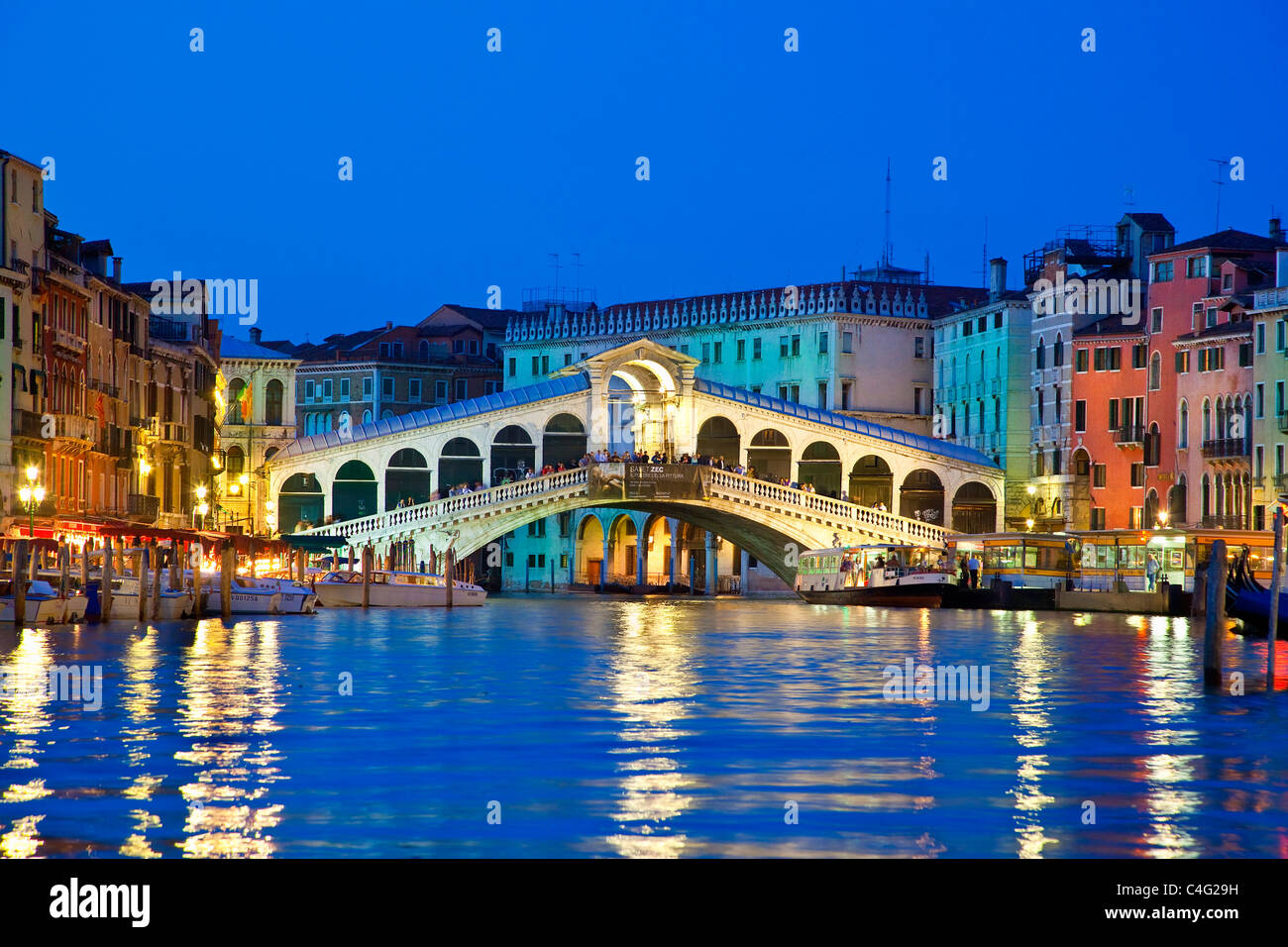 Venedig, die Rialto-Brücke in der Nacht Stockbild