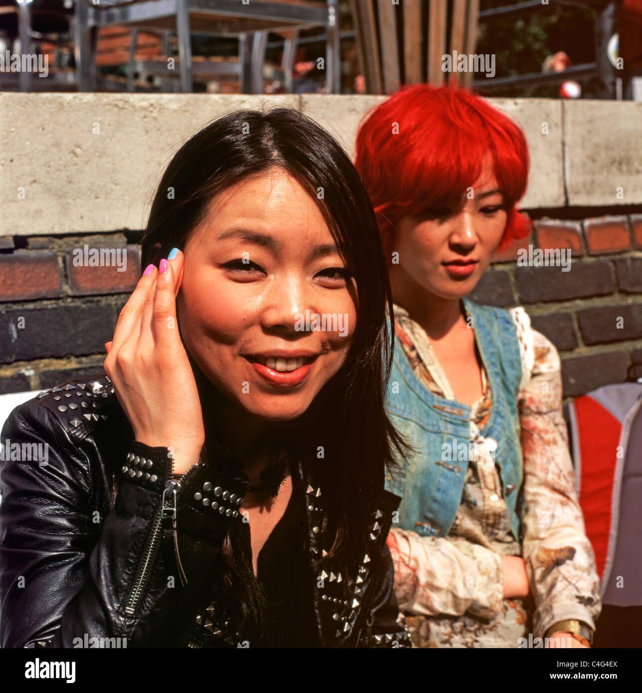 Junge asiatische Frauen sitzen vor der Anchor Pub in Central London England UK Stockfoto