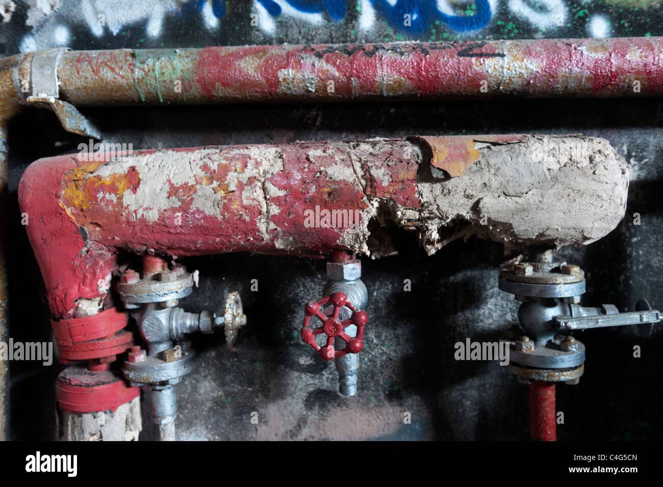 Alte Rohrleitungen in einem verlassenen Gebäude. Stockbild