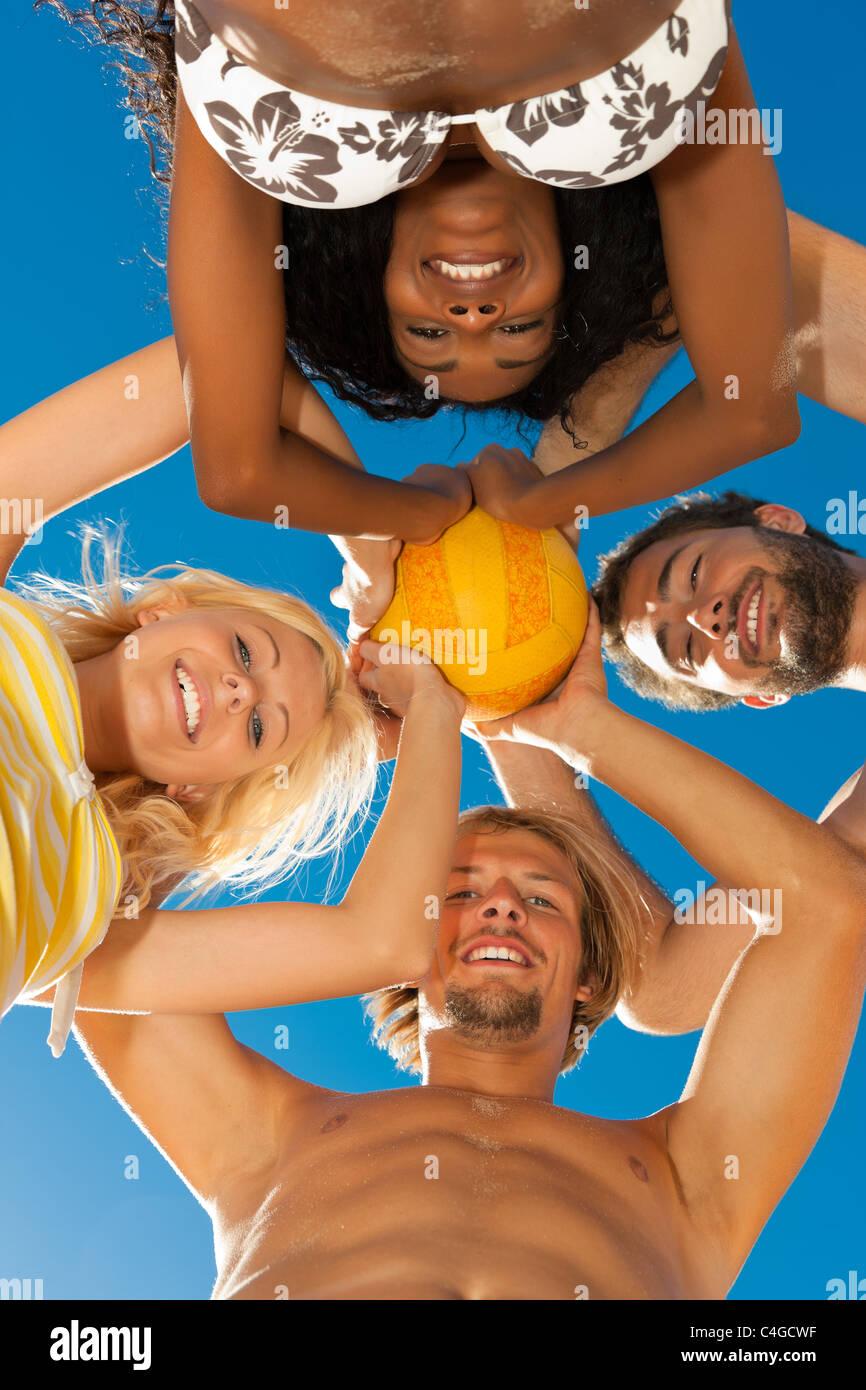 Gruppe von Freunden - Frauen und Männer - spielen Beach-Volleyball, konzeptionelle mit allen von ihnen erschossen Stockbild