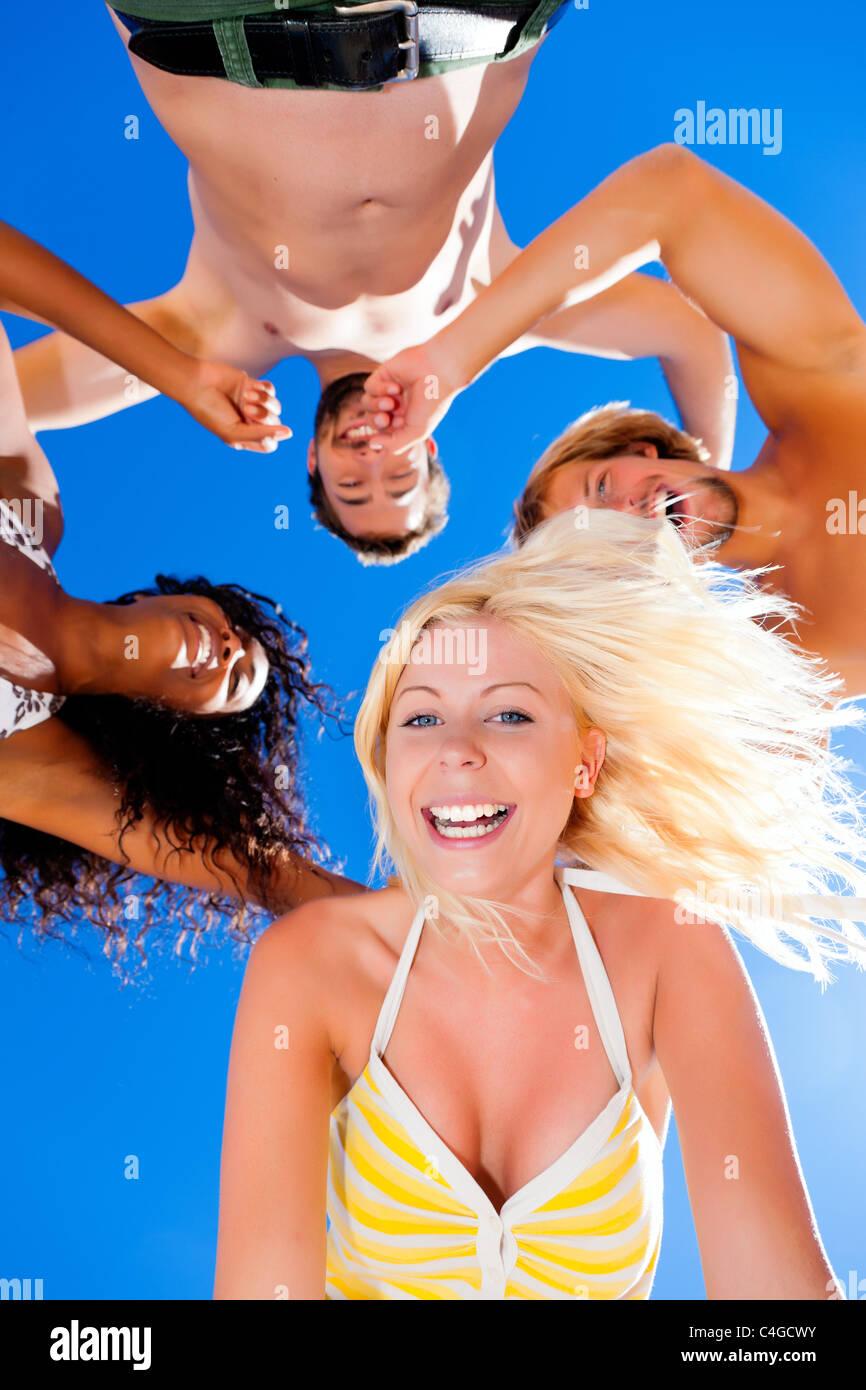 Gruppe von Freunden - Frauen und Männer ? Spaß am Strand, konzeptionelle mit allen von ihnen erschossen Stockbild
