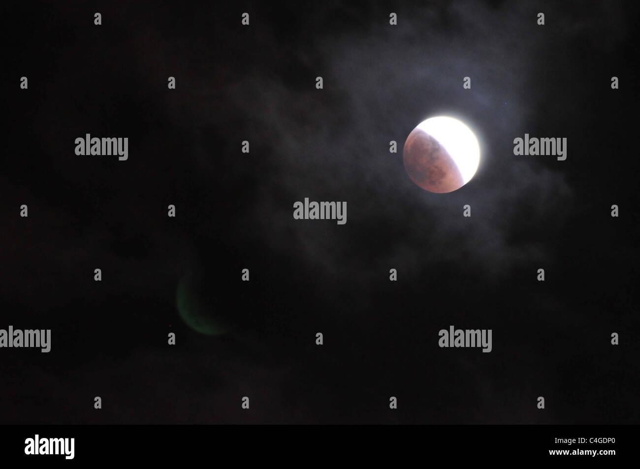 Am 15. Juni 2011 war eine Vollmond-Sonnenfinsternis sichtbar. Fotografiert in Haifa, Israel Stockbild