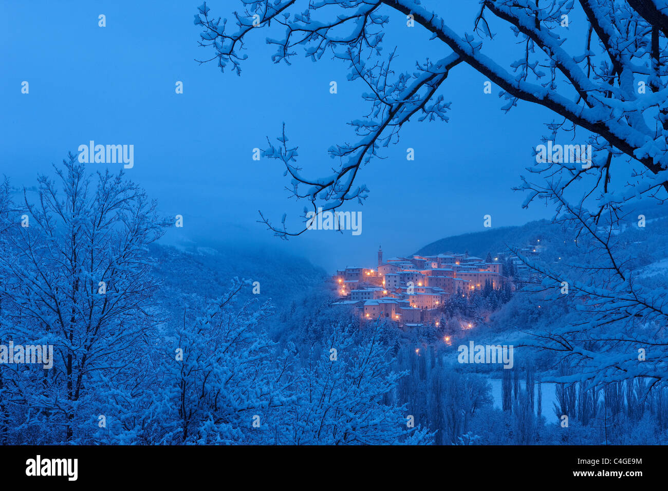 PRECI im Morgengrauen in Winter, Valnerina, Nationalpark Monti Sibillini, Umbrien, Italien Stockbild