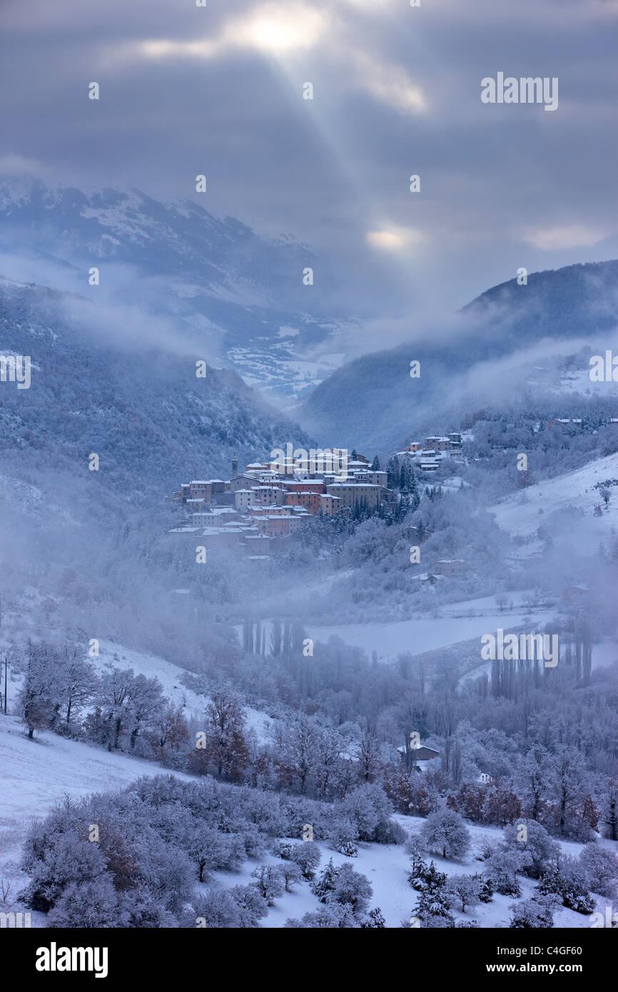 Winter in der Valnerina mit Preci im Schnee, Umbrien, Italien Stockbild