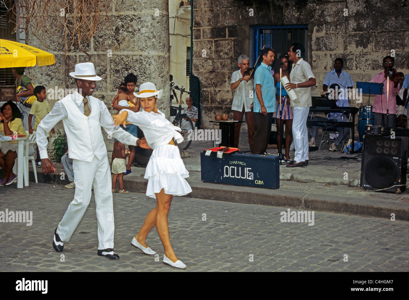 Tanzen kubanische Paar an der Plaza de la Catedral, Havanna, Kuba, Karibik Stockbild