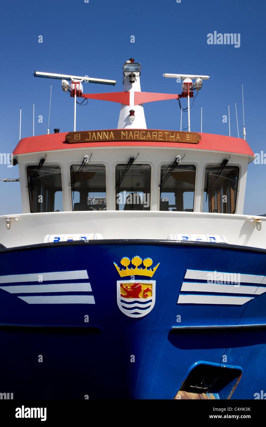 Zeeland-Wappen am Bug des Fischerboot im Hafen von Yerseke, Niederlande Stockbild
