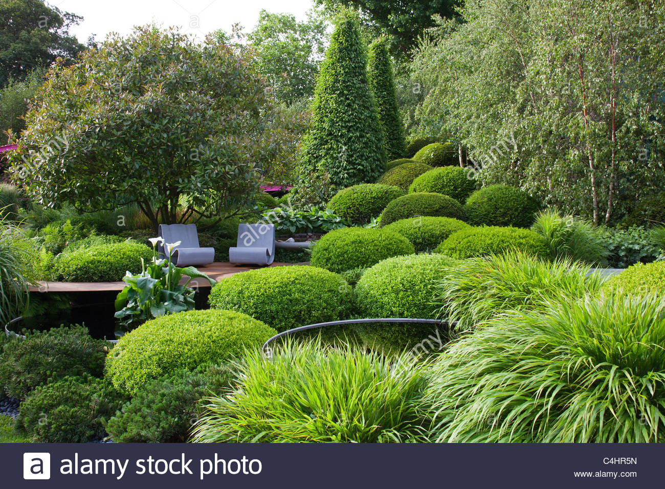 einen gr nen garten mit b umen gr sern hecke pool sitze stockfoto bild 37270737 alamy. Black Bedroom Furniture Sets. Home Design Ideas