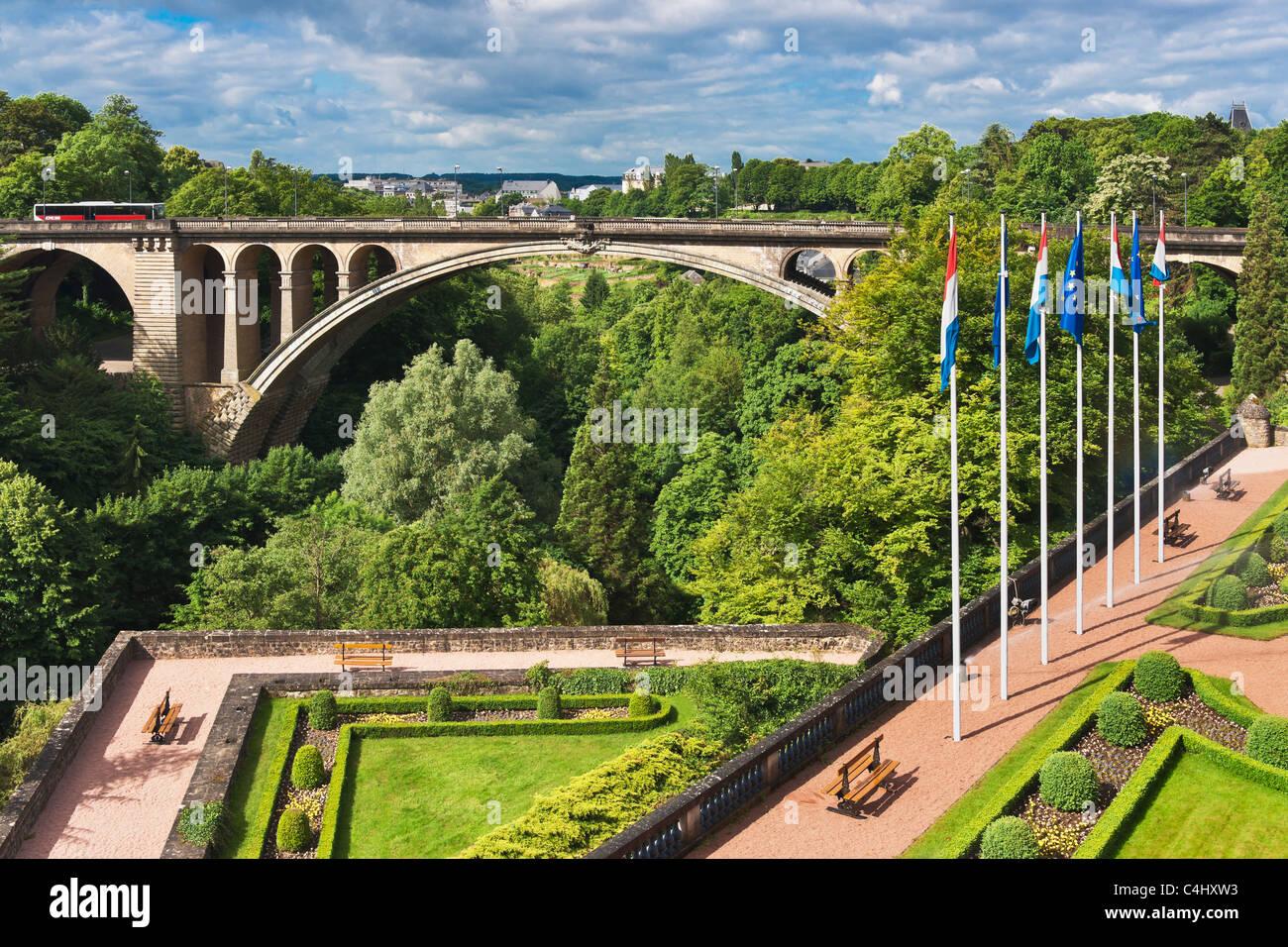Blick Zur Adolphe Bruecke, Luxemburg   Ansicht nach Adolphe-Brücke, Luxemburg Stockbild