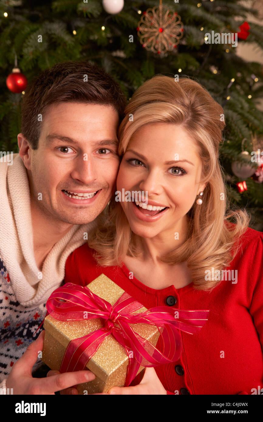 Paar Weihnachtsgeschenke für den Austausch von Stockfoto, Bild ...