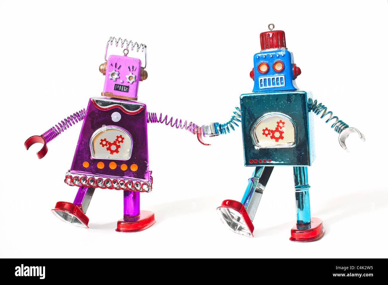 Spielzeugroboter Hand in Hand und Fuß als Paar. Stockbild