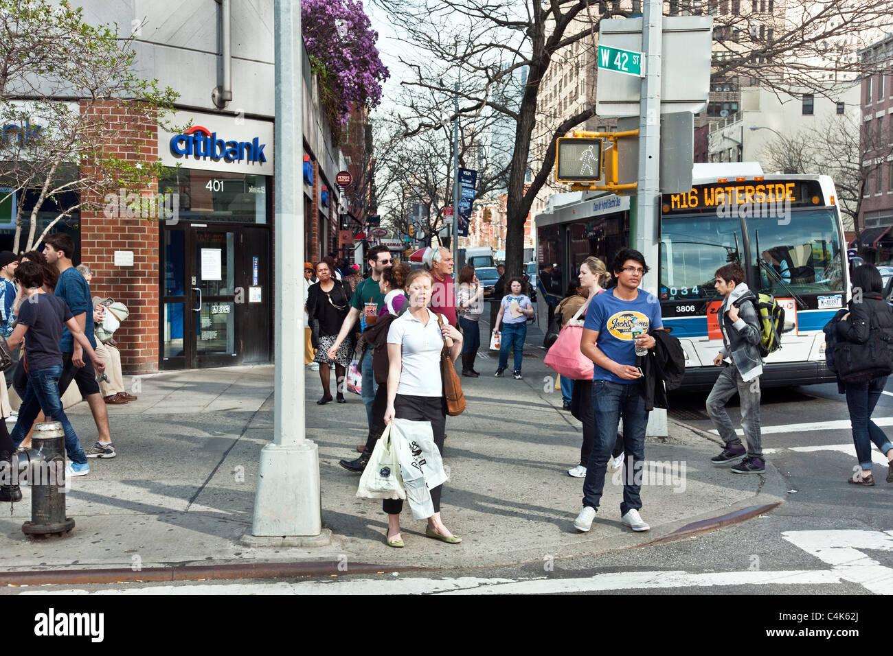 Diverse Fußgänger gast Ecke der 9th Avenue & 42th Street an einem ...