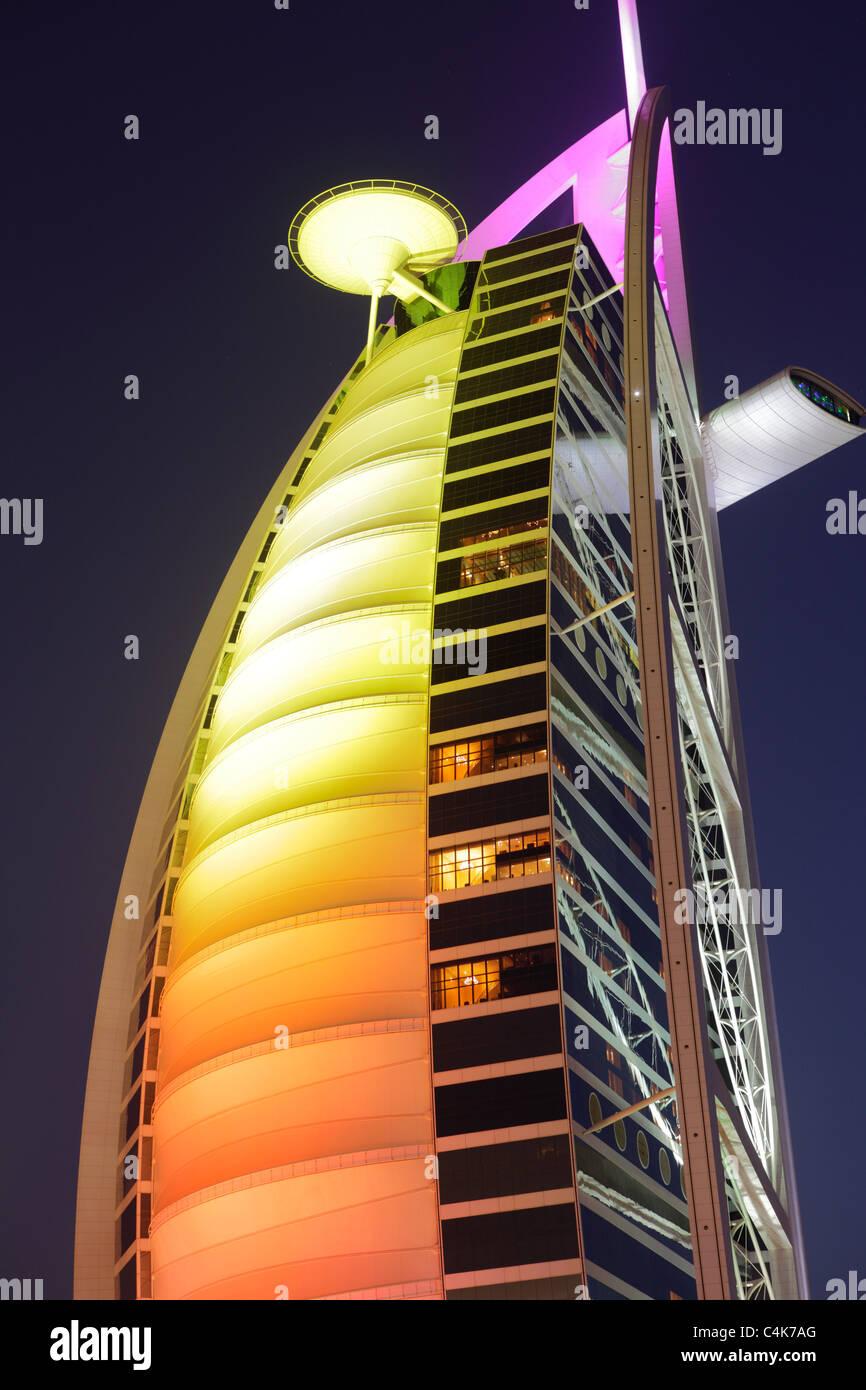 Burj Al Arab Hotel in der Abenddämmerung, Dubai, Vereinigte Arabische Emirate (VAE) Stockbild