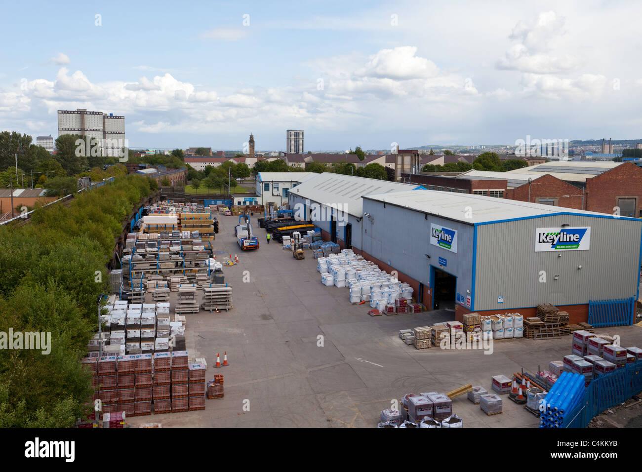 Ansicht eines Bauherren-Yard, die Materialien für Wohnungsbau und allgemeine Bauarbeiten erforderlich Stockbild