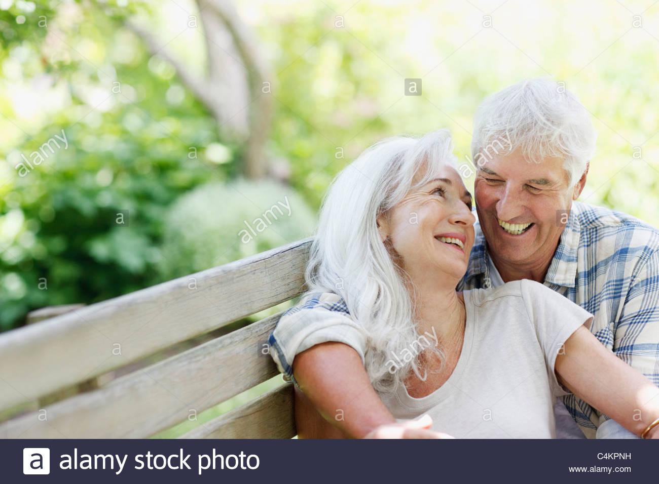 Älteres Paar auf Bank Stockbild