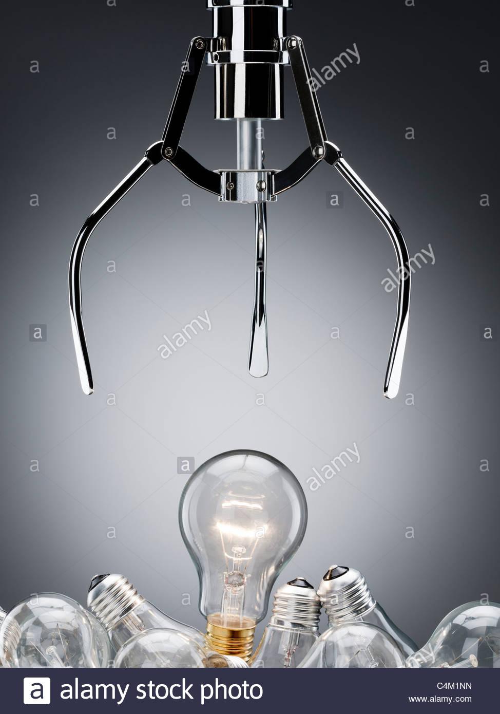 Mechanische Greifer für Glühbirne zu erreichen Stockbild