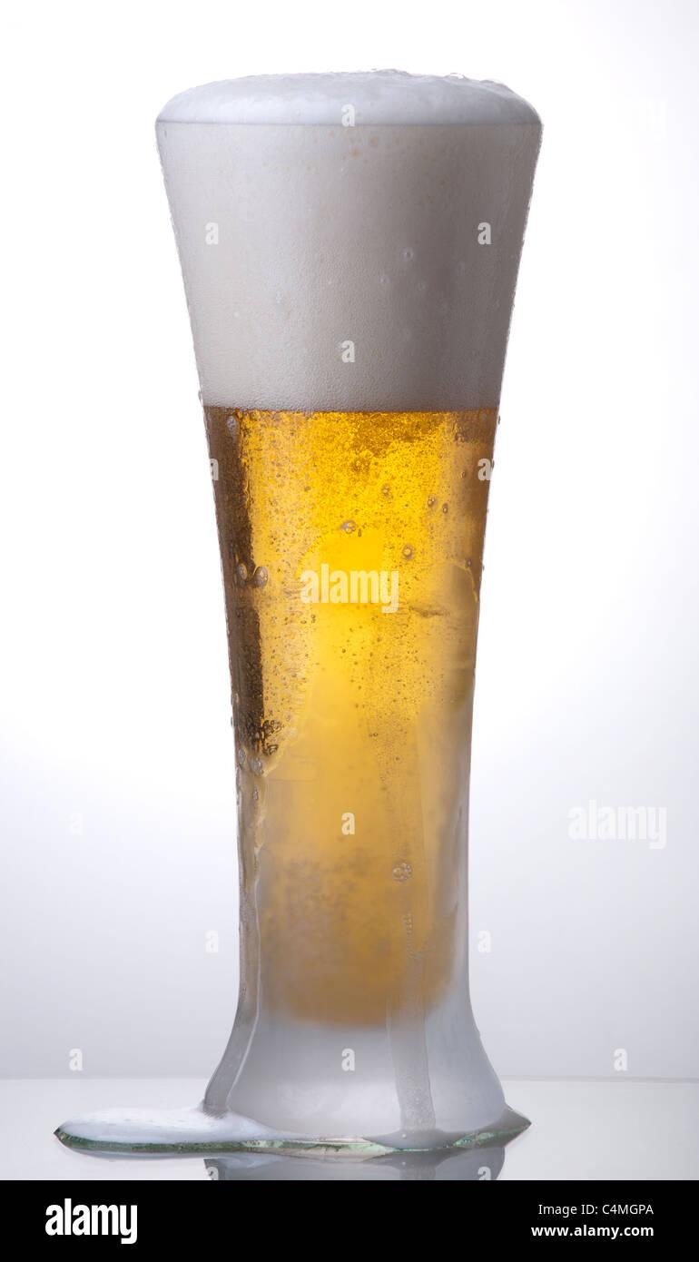 Ein Glas helles Bier, split Stockbild