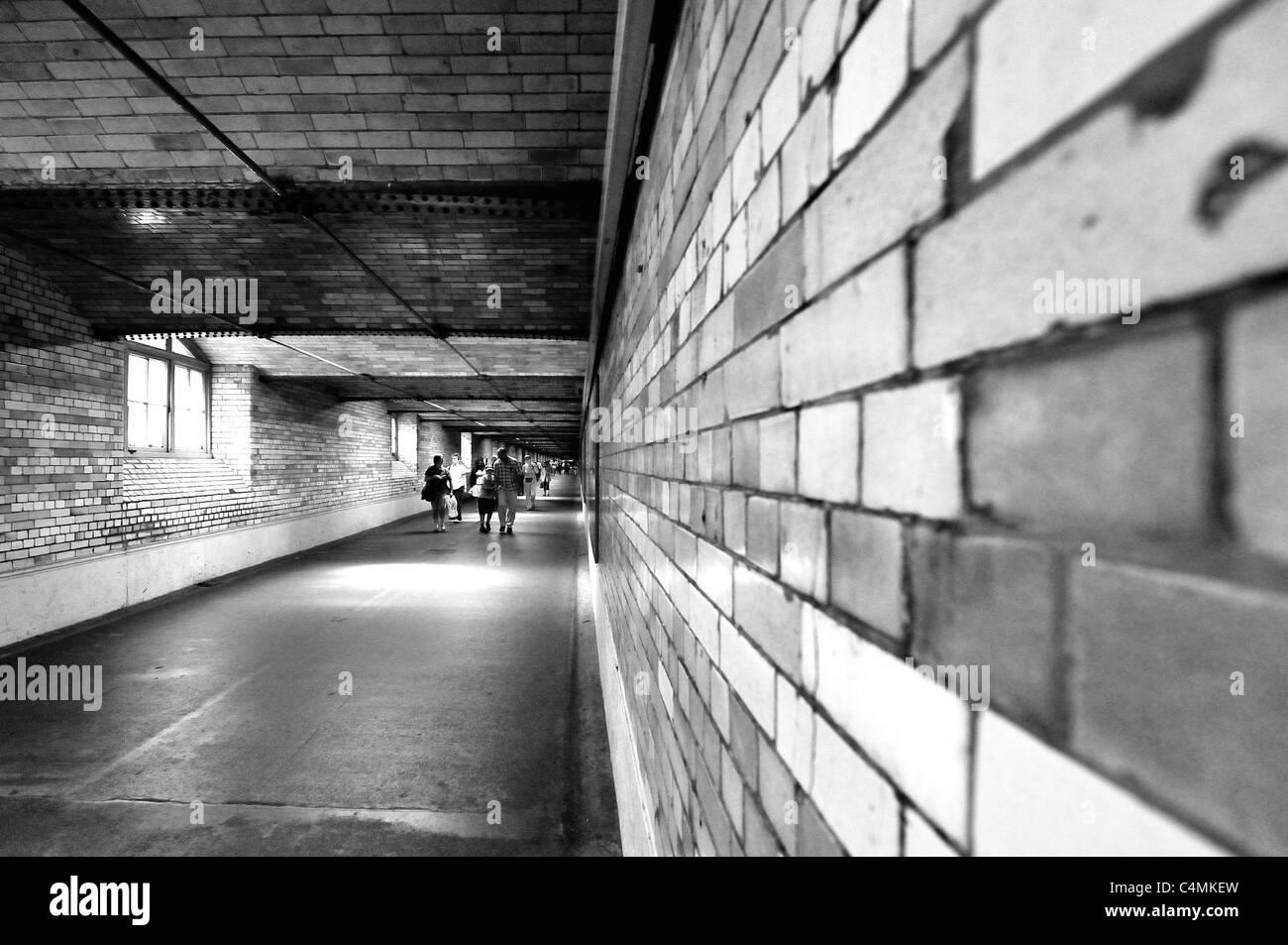 Menschen Fuß durch die Unterführung an der South Kensington station Stockbild