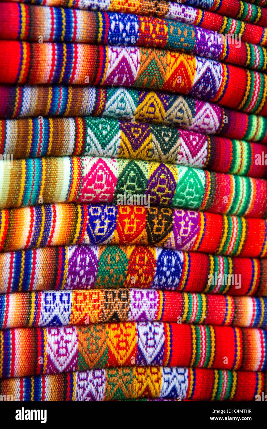 Textilien auf einem Markt in Lima, Peru verkauft. Stockbild
