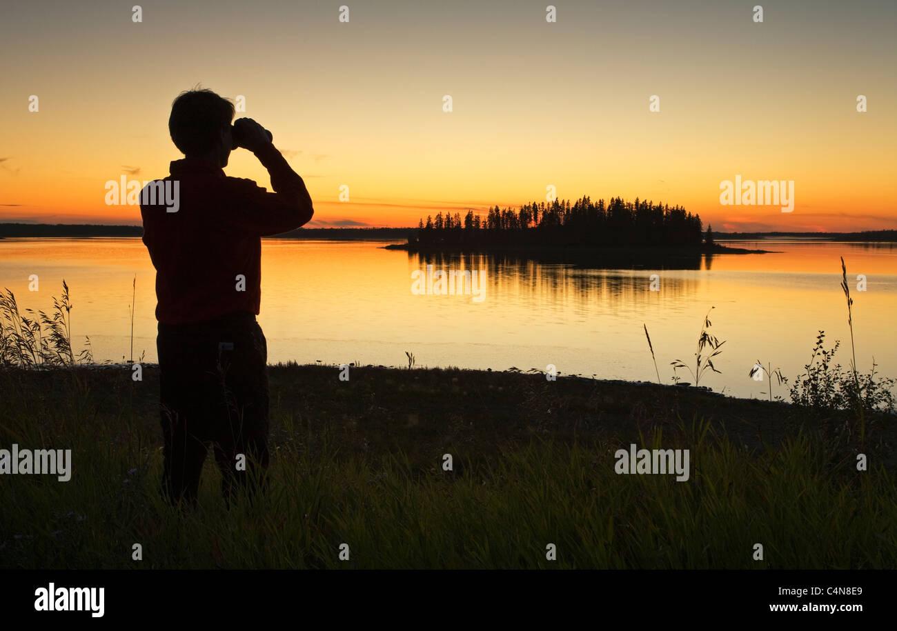 Mittleren alters männlichen wanderer blick auf astotin lake mit dem