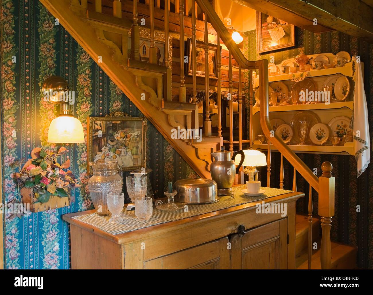 Treppen in Küche der 1970er Jahre Rekonstruktion Blockhaus, Quebec ...