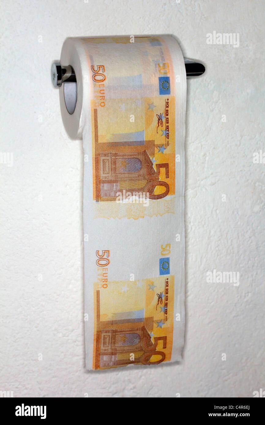 Euro-Rechnung auf WC-Papier Rollen. Stockbild