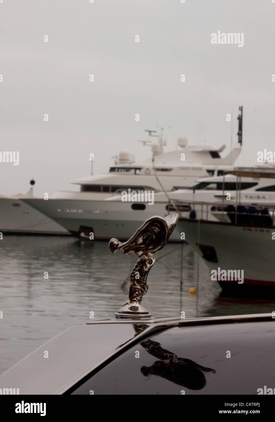 rolls royce flugel vor luxus yachten im hafen von puerto banus marbella spanien an einem leicht bewolkten tag