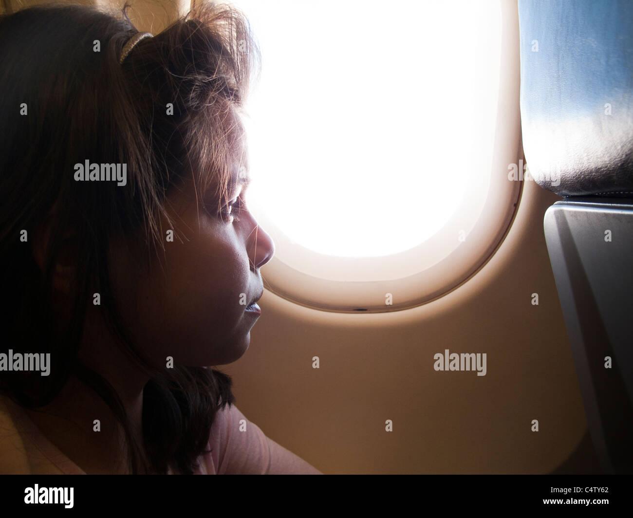 Mädchen, 9 Jahre alt, in einem Flugzeug Stockbild