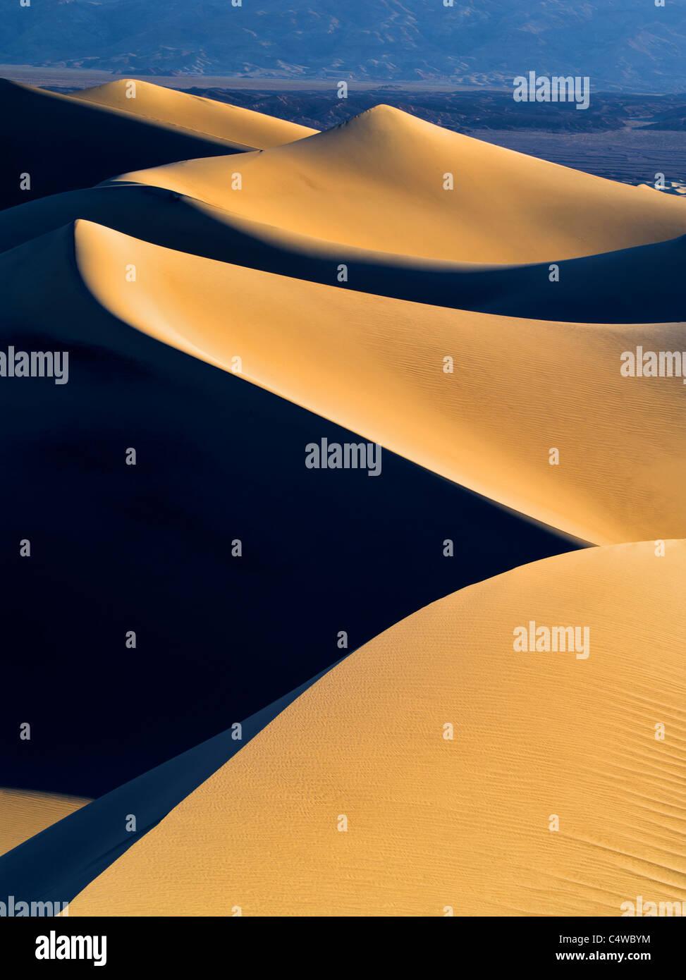 Erste Licht auf Sanddünen. Death Valley Nationalpark, Kalifornien Stockbild