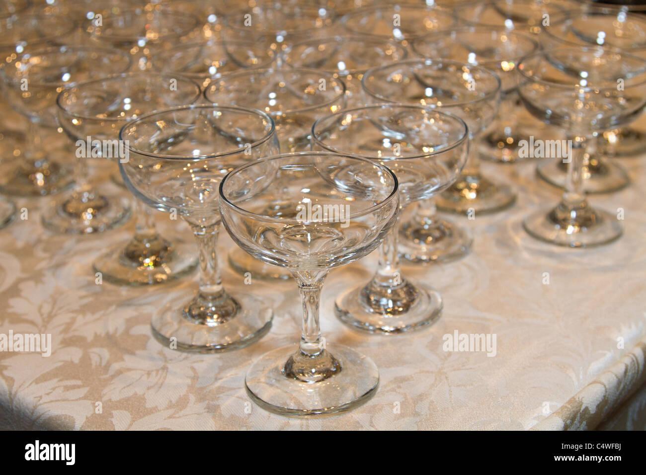 weiße Tischdecke leere Gläser Wein Stockbild