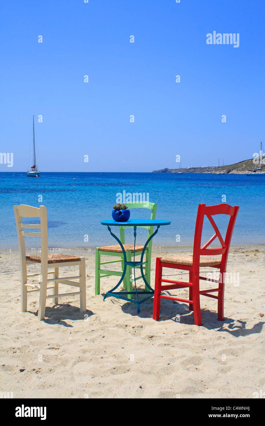 Stühle und Tisch auf Ornos Beach Insel Mykonos Kykladen Ägäis Griechenland EU Europäische Union Europa Stockfoto